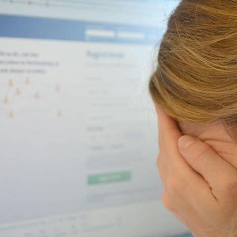 Mädchen verbirgt ihr Gesicht vor Computermonitor (Foto: SWR, Herzenssache e.V. - Peter Meisterhans)