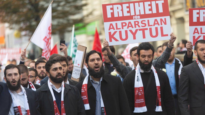 Etwa 200 Personen protestieren nach einem Aufruf der islamistischen Furkan-Bewegung für die Freiheit von Alparslan Kuytul am 20.10.2018 in Hamburg (Foto: Imago, imago images / Jonas Walzberg)