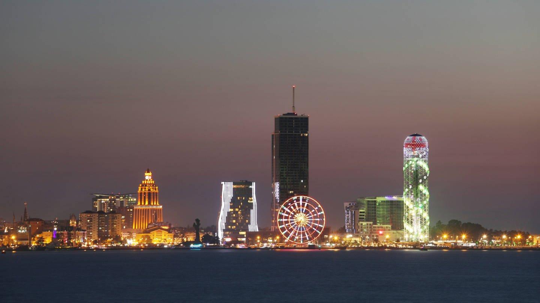 Skyline von Batumi bei Nacht