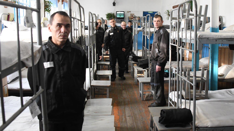 Gefangene in einem Schlafsaal in der Justizvollzugskolonie Nr. 2 mit maximaler Sicherheit im Dorf Shara-Gorokhon im Distrikt Karymsky / Russland (Foto: picture-alliance / Reportdienste, picture alliance/Yevgeny Yepanchintsev/TASS/dpa)