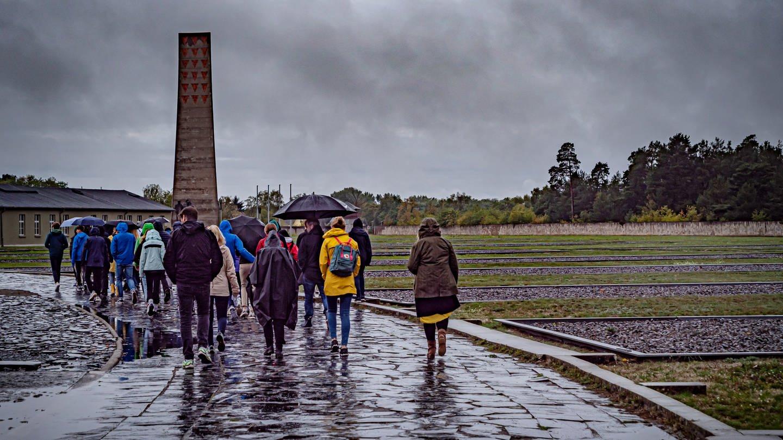 Jugendliche bei Mahn- und Gedenkstätte in Sachsenhausen (Foto: Imago, imago images/Jürgen Ritter)