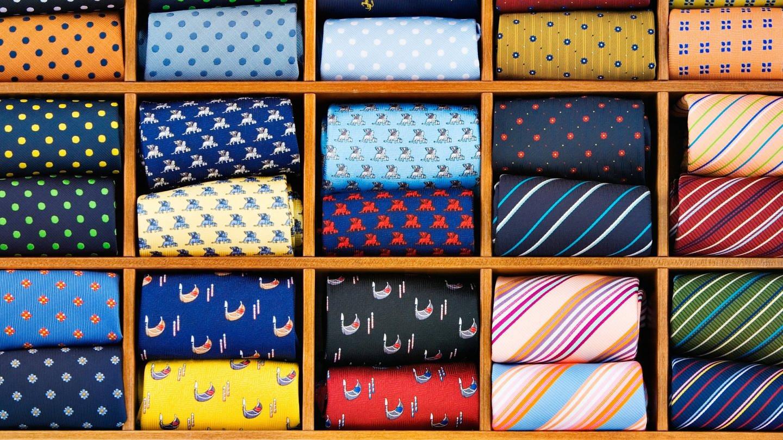 Krawatten ordentlich sortiert in einer Schublade (Foto: Imago, xblickwinkel/McPhotox/AlfredxSchauhuberx)