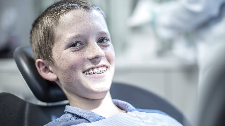 Zwei Drittel der Kinder bis 18 Jahren erhalten eine Zahnspange. Zurecht, sagen die meisten Kieferorthopäden. Purer Luxus, schimpfen Kritiker. (Foto: Imago, imago images / Westend61)