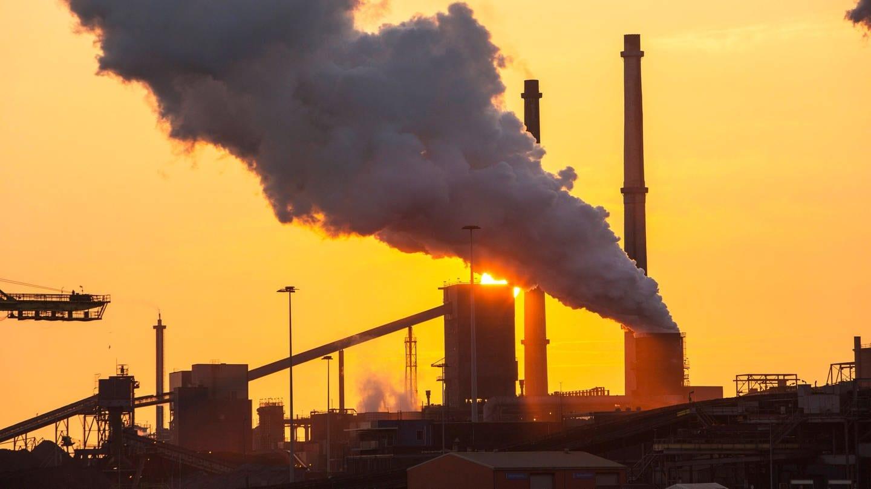 Bei der Stahlproduktion werden Unmengen von Treibhausgasen freigesetzt (Foto: Imago, ashley@globalwarmingimages.net via www.imago-images.de)