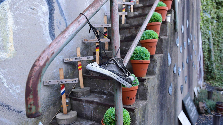 Treppe mit Kreuzen und Topfpflanzen: Erinnerung an die Menschen, die bei der Loveparade in Duisburg am 24. Juli 2010 Opfer einer Massenpanik wurden