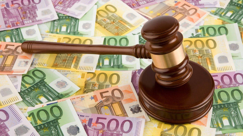 Richterhammer und Euroscheine: Es geht um Milliarden: Weltweit klagen Konzerne gegen Staaten, wenn deren Politik ihre Pläne durchkreuzt.