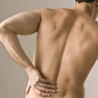 Ein Mann hält sich den Rücken (Foto: Getty Images, Thinkstock -)