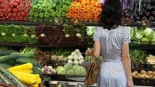 Eine Frau steht vor der Gemüseabteilung im Supermarkt (Foto: Getty Images, Thinkstock -)