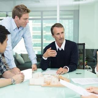 Gespräch im Büro - Duzen (Foto: Getty Images, Thinkstock -)