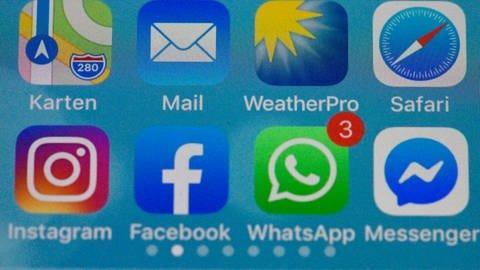 Facebook-App auf dem Handy: Online-Abstinenz ist nicht leicht. Es könnte helfen, die Facebook-App vom Smartphone zu löschen. (Foto: imago images, imago images / MiS)