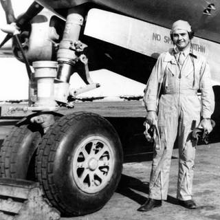 Paul W. Tibbets vor der Enola Gay (Foto: picture-alliance / Reportdienste, UPPA B196 095074, UPPA/Photoshot)
