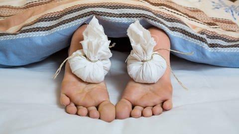 Zwiebelsäckchen auf Füßen (Foto: Imago, imago stock&people)