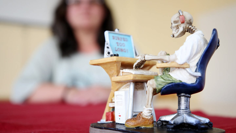 Skelett am Computer: Maskottchen einer Selbsthilfegruppe für Computerspielsucht (Foto: dpa Bildfunk, picture alliance/dpa)