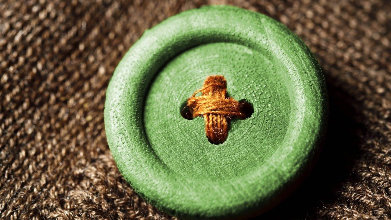 Grüner Knopf, Symbolfoto für das neue staatliche Siegel für nachhaltig produzierte Textilien (Foto: Imago, imago images / Christian Ohde)