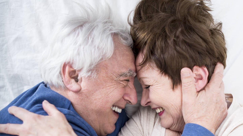 Älteres Paar im Bett: Für Sexualität gilt: Es gibt Veränderungen im Alter, aber keine Altersgrenze. Wer sich von herkömmlichen Vorstellungen freimacht, kann die Sache entspannt angehen und viel erleben. (Foto: Imago, imago images / Westend61)