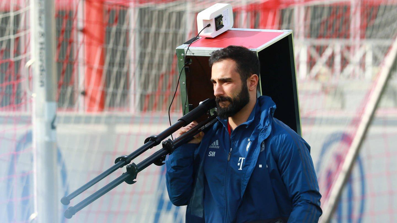 Soner Mansuroglu, Trainingsmonitoring-Analyst beim FC Bayern München, mit GPS-Tracking-System