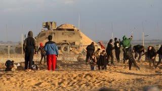 Palästinensische Demonstranten stehen israelischen Truppen gegenüber an einem Stacheldrahtzaun entlang der Grenze zu Israel östlich von Rafah im südlichen Gazastreifen (27. Dezember 2019) (Foto: Imago, imago images/UPI Photo)