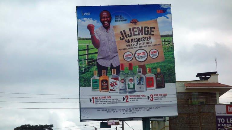 An Hauptstraßen überall in Kenia werben riesige Plakattafeln aggressiv für Alkoholkonsum – auch mit Gewinnspielen