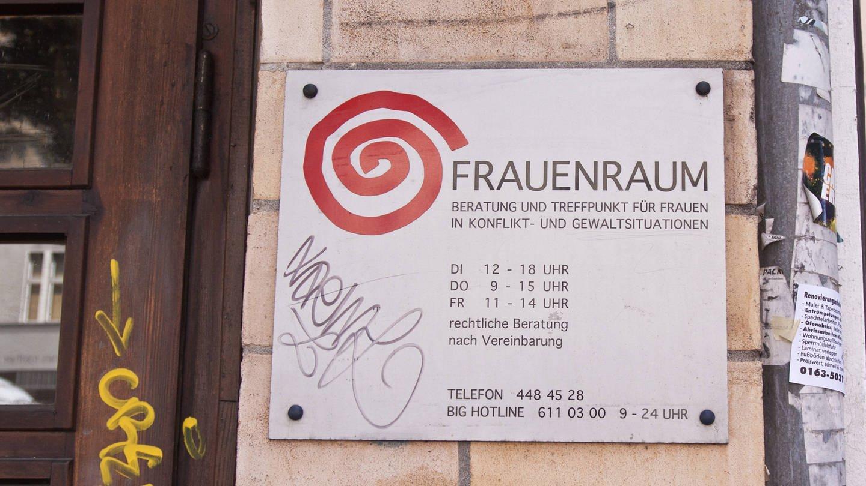 Schild an einer Hauswand mit der Aufschrift