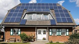 imago images  Rupert Oberhäuser (Foto: Imago, Wohnhaus mit Photovoltaik-Solarzellen auf dem Dach)