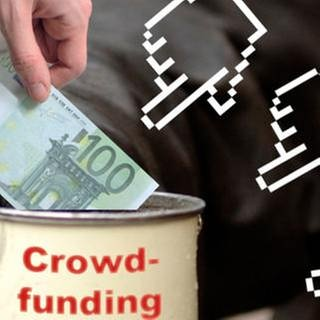 """Montage: Hand legt 100 Euro-Schein in Sammelbüchse mit Aufschrift """"Crowdfunding"""" (Foto: SWR, SWR -)"""