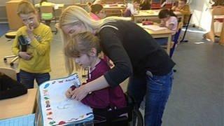 Eine Lehrerin hilft einer Schülerin in der Körperbehindertenschule in Kronau (Foto: SWR, SWR -)