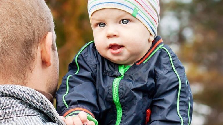 Ein Vater trägt sein Kind an der Schulter. (Foto: Colourbox, Foto: Colourbox.de -)