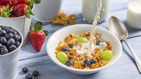 Müsli in einer Schale daneben frisches Obst (Foto: Getty Images, Thinkstock -)