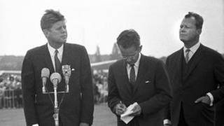 US-Präsident John F. Kennedy (l.) und Willi Brandt (r.) 1963 (Foto: picture-alliance / Reportdienste, picture-alliance / dpa -)