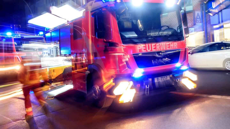 Feuerwehrfahrzeug: Beleidigungen, Behinderungen oder Anwendung von Gewalt haben viele Rettungskräfte schon erlebt (Foto: Imago, imago images / snapshot)