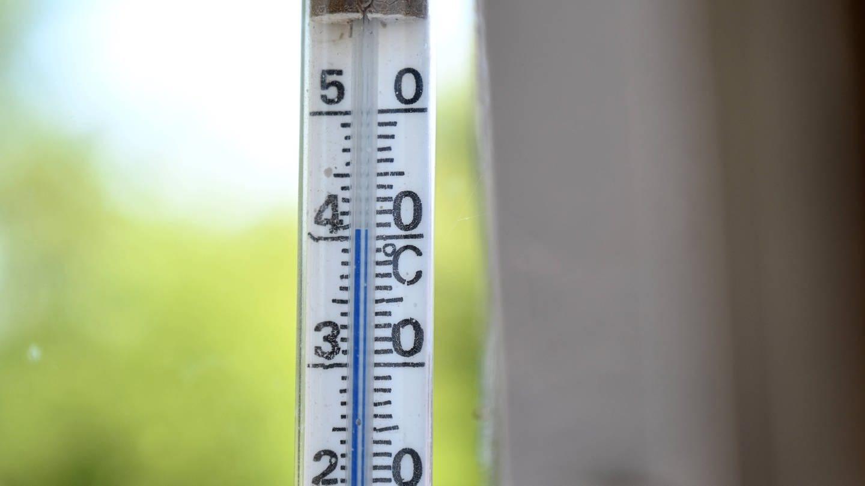 Thermometer zeigt 40°C – Hitzesommer sorgen zunehmend für gesundheitliche Probleme (Foto: Imago, imago images / Petra Schneider)
