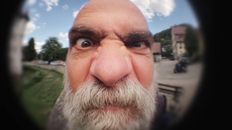 Ein seltsamer alter Mann an der Haustür