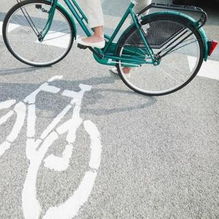 Fahrradfahrerin auf Radweg (Foto: Getty Images, Thinkstock -)