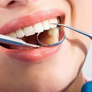 Nahaufnahme einer zahnärztlichen Untersuchung. (Foto: Getty Images, Thinkstock -)