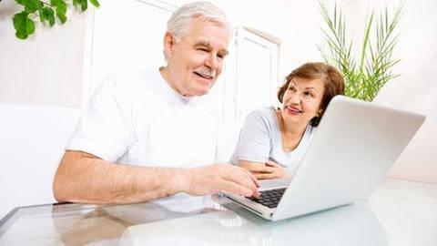 Ein älteres Ehepaar beim surfen im Internet (Foto: Getty Images, Thinkstock -)