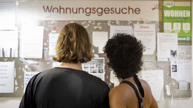 Zwei Studierende vor einer Anzeigentafel mit Wohnungsgesuchen (Foto: Imago, imago images / photothek)
