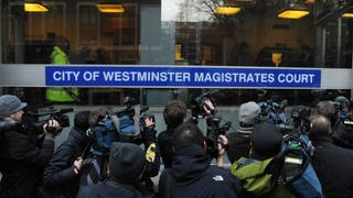 Der Gründer der Whistleblowing-Website Wikileaks, Julian Assange, wurde in London von der Polizei festgenommen. Pressevertreter versammeln sich vor dem Amtsgericht Westminster am 7. Dezember 2010. (Foto: picture-alliance / Reportdienste, picture alliance / dpa | Andrew Gombert)