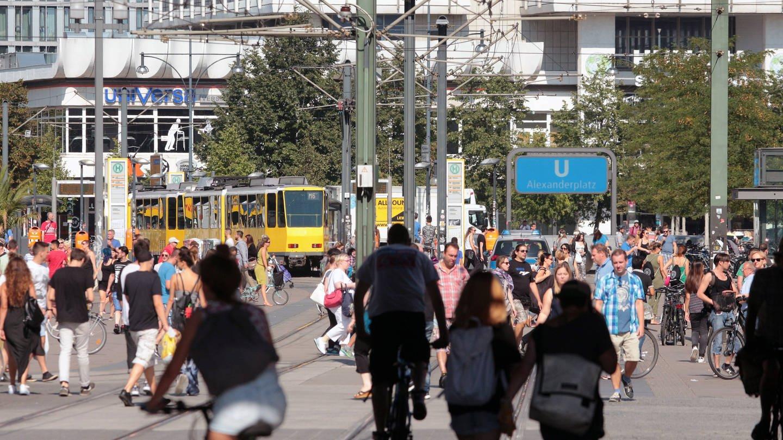 Passanten unterwegs auf dem Alexanderplatz in Berlin