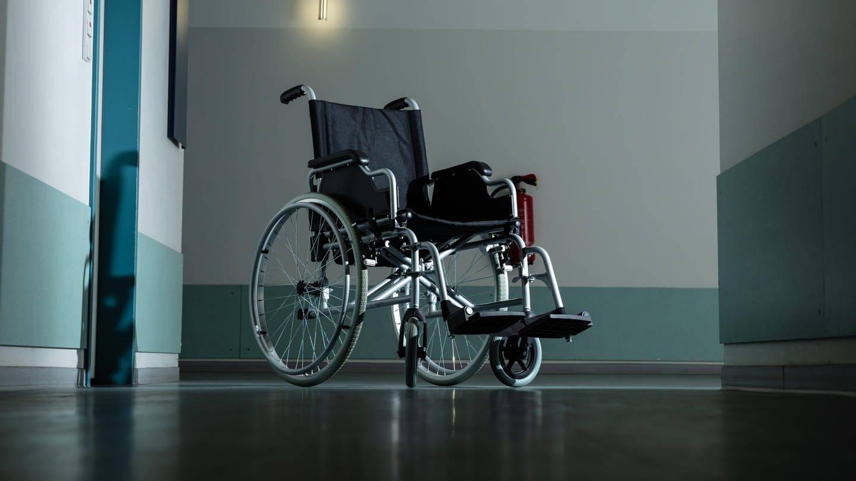 Leerer Rollstuhl auf einem Flur: Sexueller Missbrauch, körperliche und psychische Übergriffe: Menschen mit Beeinträchtigung sind zwei- bis viermal häufiger von Gewalt betroffen als der Bevölkerungsdurchschnitt. (Foto: Imago, imago images / Panthermedia)