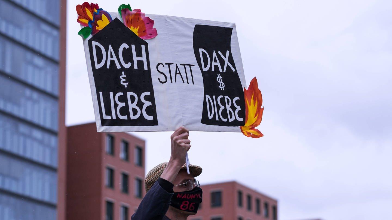 Demonstration für bezahlbaren Wohnraum. Transparent mit der Aufschrift: