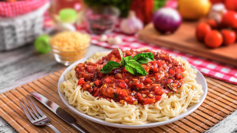 Teller voll Spaghetti mit Tomatensoße: Spaghetti mit Tomaten, Basilikum und Parmesan ist das Symbol italienischer Esskultur. Nudeln sind keine italienische Erfindung, doch hier wurden sie vom regionalen zum nationalen und heute globalen Erfolgsmodell. (Foto: Colourbox)