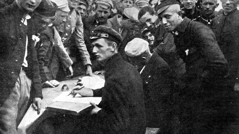 Russisch-Polnischer Krieg: 1920 melden sich Studenten der Warschauer Universität und der höheren Schulen und werden als Rekruten in die polnische Freiwilligenarmee aufgenommen, um die Hauptstadt zu verteidigen (Foto: Imago, IMAGO / United Archives International)