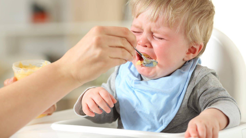 Kind mag sein Essen nicht: Die Spaghetti um die Zunge gewickelt, das Gemüse genussvoll zu einem Brei zermanscht oder gleich wieder ausgespuckt. Kinder essen anders als Erwachsene. (Foto: Imago, imago images / Panthermedia)