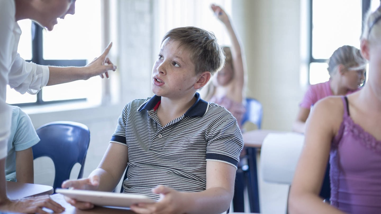 Lehrerin schimpft mit Schüler (Foto: Imago, IMAGO / Westend61)