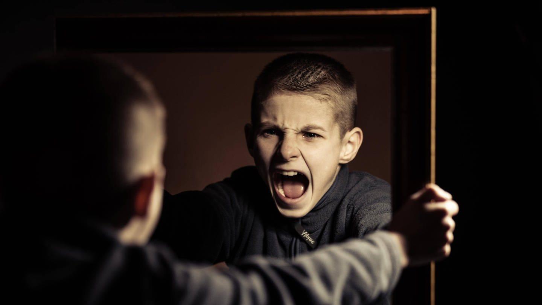 Ein Junge schreit wütend sein eigenes Spiegelbild an: Warum sind pubertierende Jungs so schwierig? (Foto: Imago, IMAGO / Panthermedia)