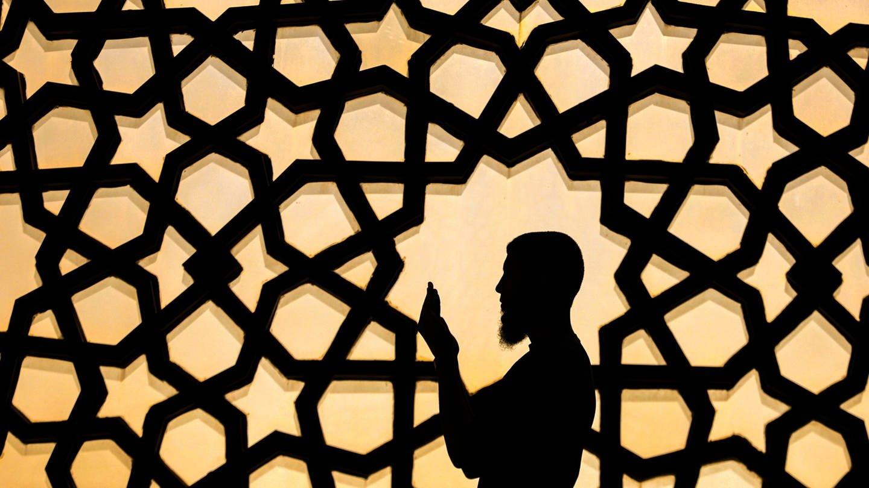 Ein Mann betet in einer Moschee in Gaza; gesungen wird in Moscheen üblicherweise nicht