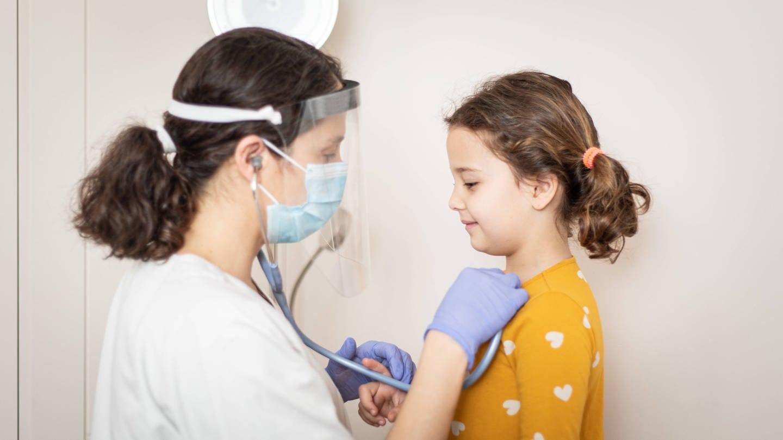 Junges Mädchen wird von einer Ärztin untersucht. Langzeit-Covid bei Kindern: In einem Stockholm Kinderkrankenhaus gibt es eine Spezial-Station für Kinder und Jugendliche mit Spätfolgen (Symbolbild) (Foto: Imago,  Jos Temprano via www.imago-images.de)