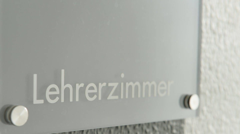 Schild mit Aufschrift