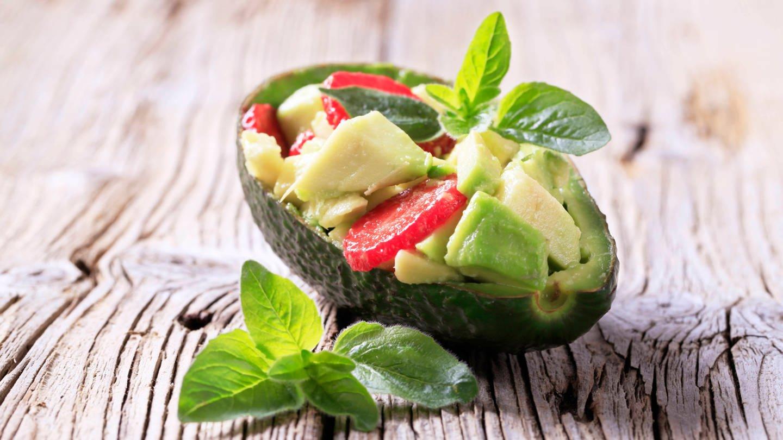 Avocado-Erdbeer-Salat in einer Avocado-Hälfte: Wie umweltschonend ist unser Essen tatsächlich hergestellt? (Foto: picture-alliance / Reportdienste, picture alliance / CTK | digifoodstock)