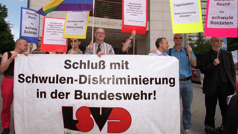 Mitglieder des Lesben- und Schwulenverbandes (LSVD) protestieren am 30. Juli 1999 vor der SPD-Parteizentrale in Berlin gegen die Diskriminierung von Homosexuellen in der Bundeswehr (Foto: dpa Bildfunk, picture-alliance / dpa   Andreas_Altwein)